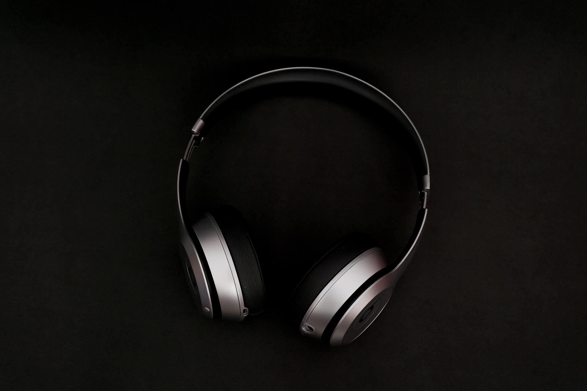 headphones-2588056_1920